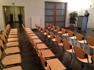 In de multifunctionele aula is er plaats voor 100 personen.